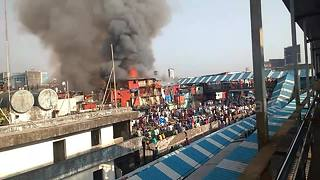 Crowd watches on as fire breaks out in Mumbai slum - Video