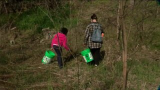 Milwaukee volunteers clean up trails on Earth Day