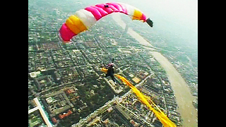 500 People In Mass Skydive - Video