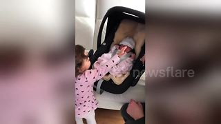 Little girl's ecstatic reaction to meeting newborn sister for first time - Video