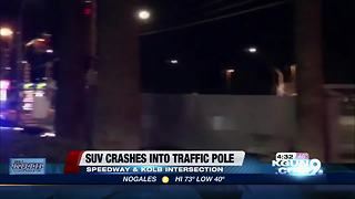 SUV crash into traffic pole may cause commute delays - Video