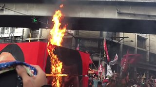 Protesters Burn Duterte-Hitler Effigy at Anti-Government Rally in Manila - Video