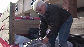 Man collects donations to bring Christmas to kids in Gatlinburg - Video