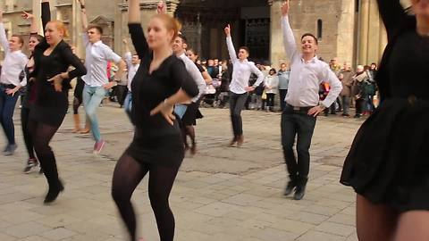 Check Out This Amazing Flash Mob Wedding Proposal In Vienna Square