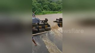 Overflowing river causes traffic disruption in suburban Mumbai - Video