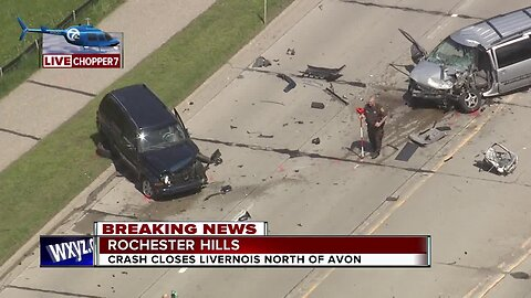 Crash closes Livernois north of Avon in Rochester Hills