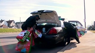 Milwaukee Police deliver Christmas gifts to students