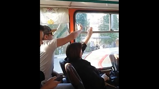 This silent fight over a bus window is so overdramatic - Video