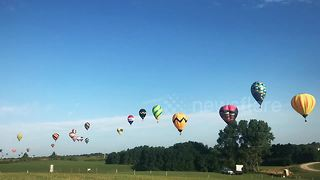 Hot air balloons bounce over Iowa in colourful timelapse - Video