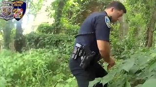Body cam shows officer possibly planting drugs - Video
