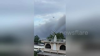 Holidaymakers film helicopters bringing water to fight fires over Attica - Video