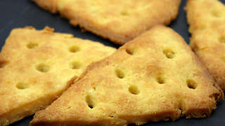 4-ingredient crispy cheese crackers