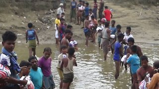Rohingyas Form Human Chain to Pass Critically Needed Supplies into Myanmar - Video