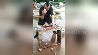 Kung fu master straightens wrench with his bare hands - Video