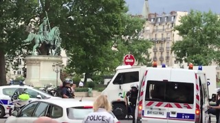 Shots Fired as Police Officer Attacked Near Notre Dame Cathedral in Paris - Video