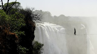 Athletes Cross Highline 100 Metres Above Victoria Falls - Video