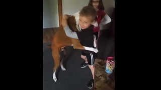 Dog learns to give hugs on command - Video
