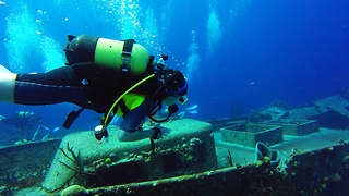 Young divers explore historical wreck in Bay of Pigs - Video