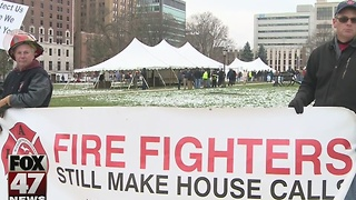 Police, firefighters protest plans to cut retiree health care benefits - Video