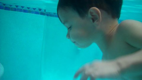 2-year-old shows off jaw-dropping swimming skills