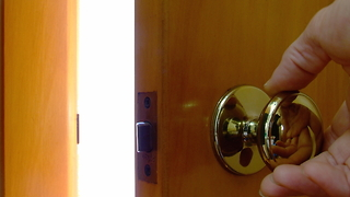 How to remove a locked door from its hinges - Video