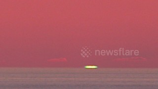 Mesmerising green ray appears in the sunset sky in northern Spain - Video