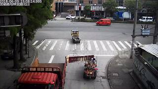 Back of truck swings open and hits three-wheeler driver on the head - Video