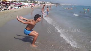 Man performs incredible number of backflips on Turkish beach - Video