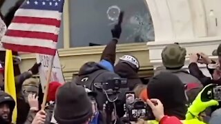 Trump Supporters Stop 'Antifa' From Breaking Into Capitol | NTD