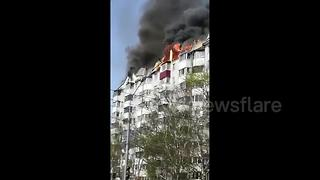 Massive fire sweeps through residential building in Russia - Video