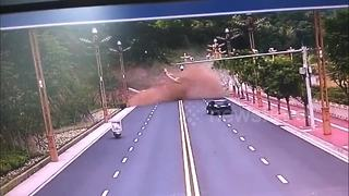 Terrifying moment when a massive landslide buries 3 vehicles - Video