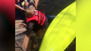Hilarious Woman Falls in the Water When She Tries to Step Into a Kayak - Video