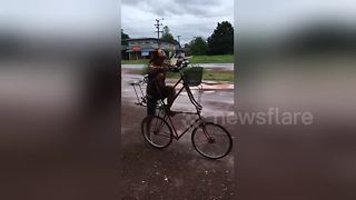 Cyclist avoids floods with his double-decker bike - Video