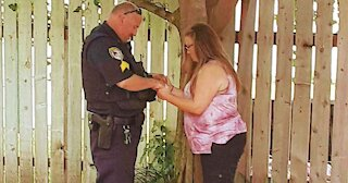 Police Officer Spend Time To Pray With A Woman