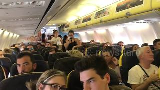 Travellers fan themselves on Ryanair flight amid airline chaos - Video