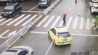 Driver Blocks Traffic To Make Way For Elderly Woman To Cross - Video