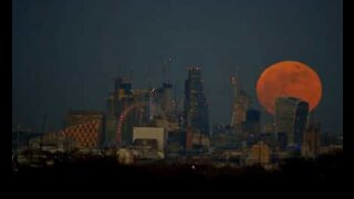 Time lapse of the Super Blue Blood Moon rising behind London