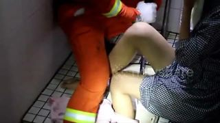 Woman gets leg stuck in toilet - Video
