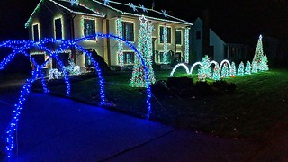 Jaw-dropping Christmas light show tributes 'Skrillex' mashup - Video