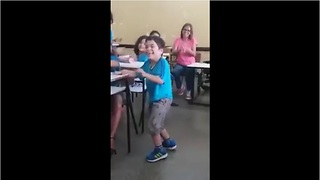 A child with paralysis gets to walk for the first time among the applause of his incredible friends - Video
