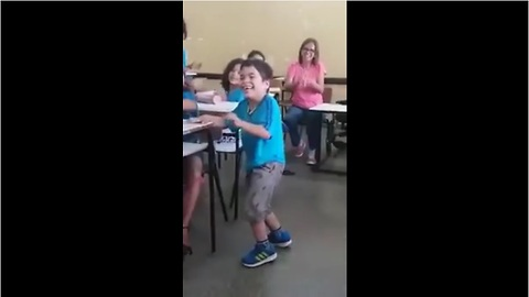 A child with paralysis gets to walk for the first time among the applause of his incredible friends