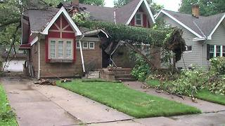 Massive tree splits house nearly in half - Video