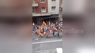 Mob confronts pair carrying Catalan independence flag - Video