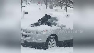 Boy uses his body instead of a brush during Chicago snowstorm - Video