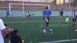 Freestyle street footballer fools goalkeeper with penalty trick - Video