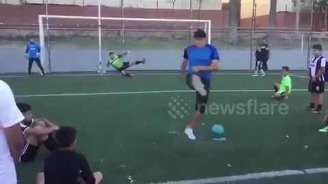 Freestyle street footballer fools goalkeeper with penalty trick