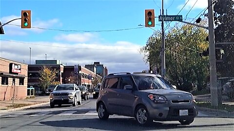 Motorist has very Canadian reaction to bad drivers in intersection