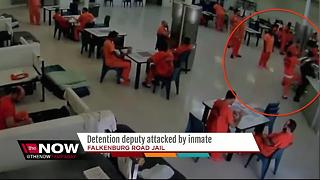 Detention deputy attacked by inmate with a towel - Video