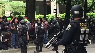 Portland Police Separate Opposing Protest Groups - Video