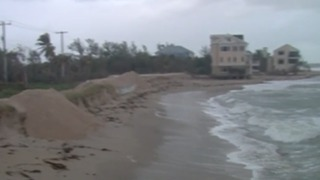 Rough surf & gusty winds hit hard at Bathtub Beach - Video